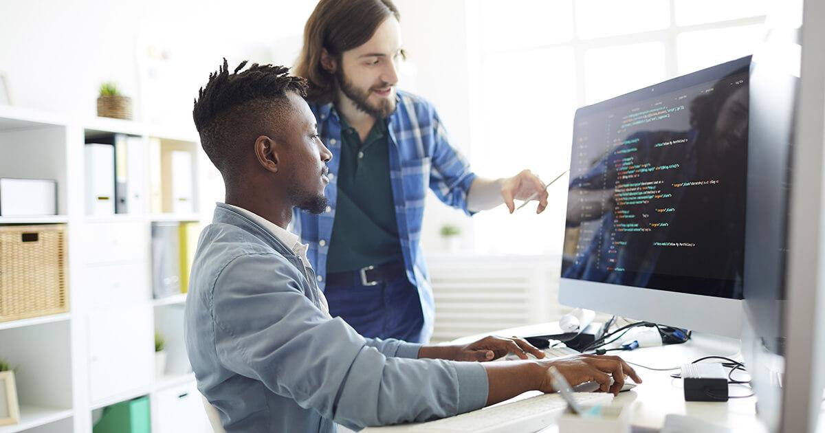 Homens discutindo linguagem de programação